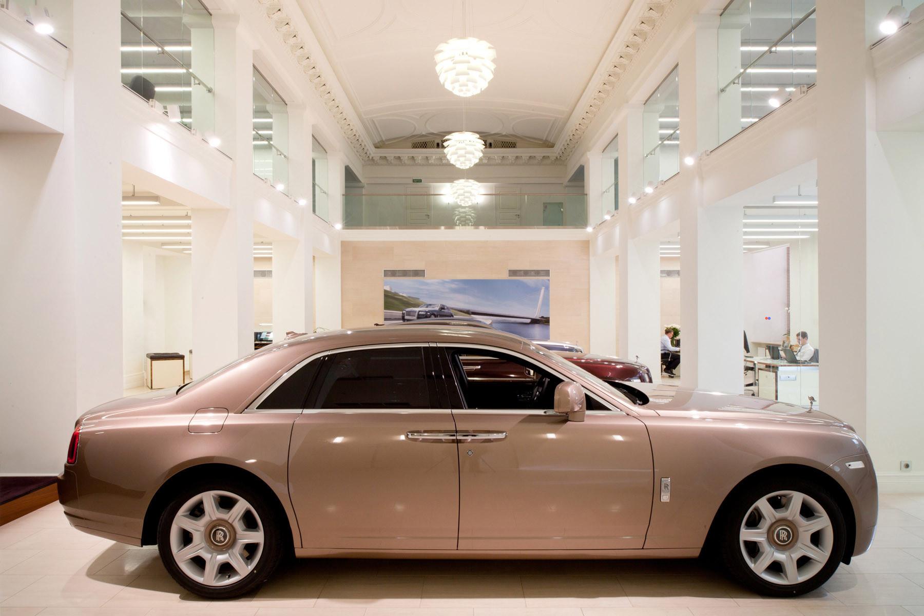 Автосалон в гостинице москва автоломбарды в лобне